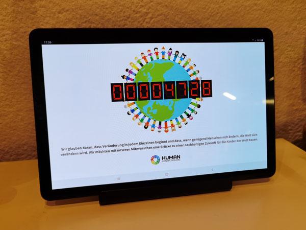 Human Connection - Uhrenmodus auf einem Tablet